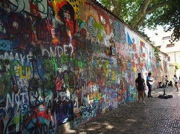 ジョンレノンの壁.jpg